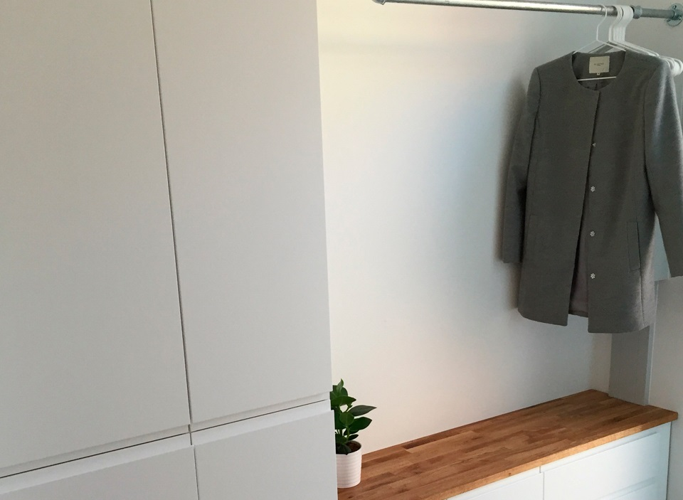 bøjlestang til væg Entrémøbel med bænk og bøjlestang af vandrør bøjlestang til væg